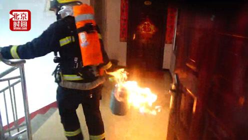 心疼!消防员拎喷火气罐冲下四楼 手被烫起泡