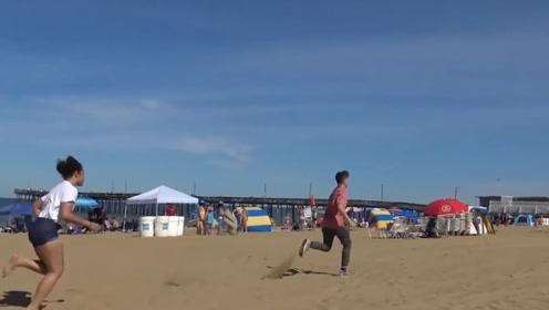 国外小哥用水气球恶搞路人,路人气愤不已,小哥:还好我跑的快