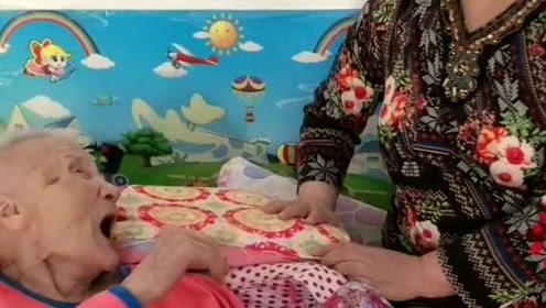 奶奶就是讨厌文哥妈,孙子让妈妈来到奶奶身边,奶奶立马急眼了