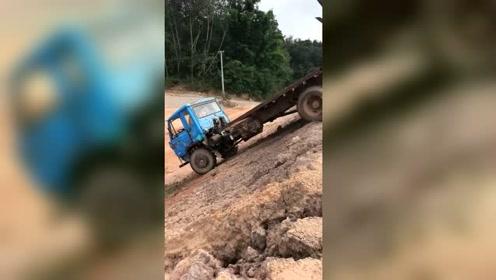 拖车把挖掘机送到目的地,挖掘机也送拖车一程!