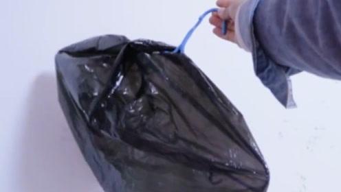 衣架上套一个黑色塑料袋,没想到还有这个妙用,每家每户都能用到