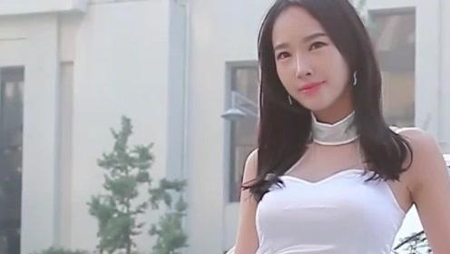 韩国美女车模,即使户外天气再热,也要保持微笑!