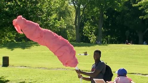 一个棉花糖有两米高?路人看得也是一脸懵,国外女孩恶作剧