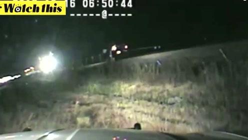 监控记录惊险一刻 士兵在火车撞上汽车的前几秒救出汽车司机
