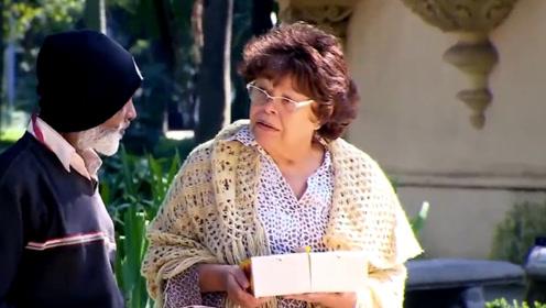 老奶奶强迫式做销售,如果不买她的东西,她就会找人打你