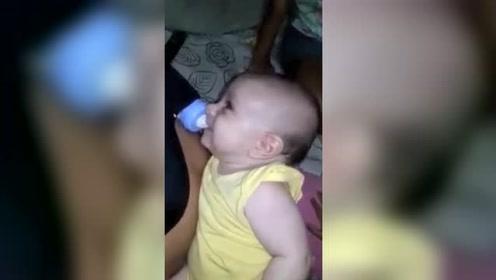 逗比奶爸这样给儿子喂奶意外走红 小宝宝都被逗笑了