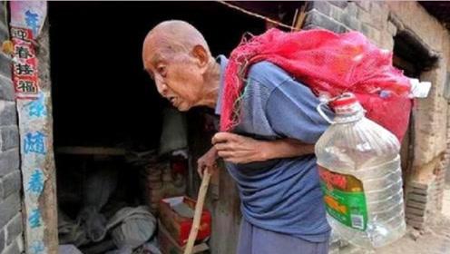 97岁拾荒老人积蓄被偷,警察查到他惊人的身世,领导立即探望!