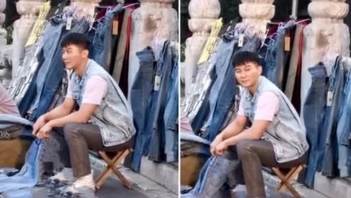 网友偶遇李晨街头摆摊卖牛仔裤,整个人看上去很憔悴