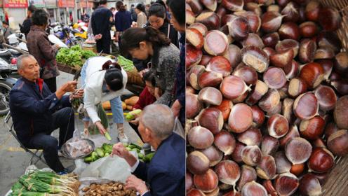 秋天里的菜市场,农民进县城卖果蔬,各种时令果蔬看着诱人