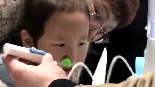 看这一脸不愿意的表情,往鼻子塞的是什么东西,听说是新技术!