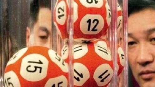 """双色球内部""""藏玄机""""?工作人员切开大奖球观察,真实答案浮出水面!"""