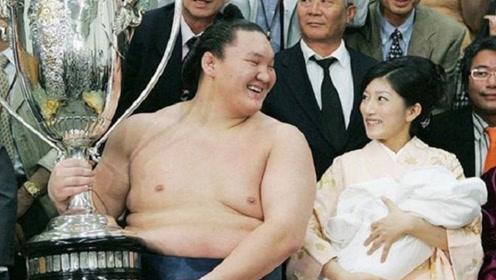 相扑运动员那么胖,为何日本美女都争着嫁给他们?原因不简单