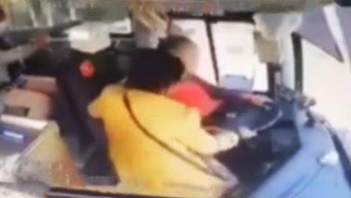 大巴车行驶途中女子猛抢方向盘险酿事故 女子系患有精神疾病