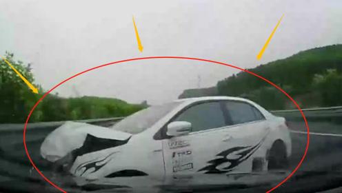 作死!高速上司机随意变道超车,被撞上隔离栏停下,监控记录惊魂8秒!