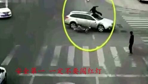 男子骑车不按线路行驶,结果就悲剧了,网友:出来混总要还的!