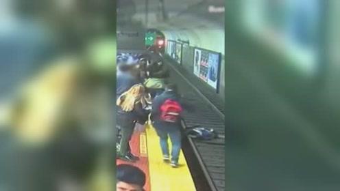 女子突然被撞跌进地铁轨道 众人拼命比划拦停列车