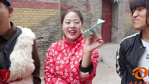 搞笑剧:村里举办折飞机大赛,谁料小伙把自己装扮成了飞机,人才