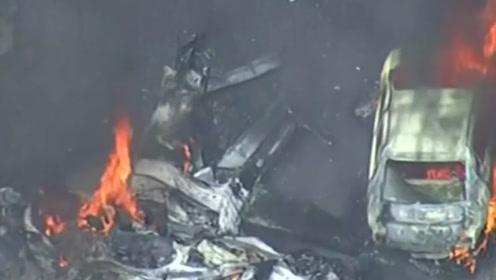 巴西一飞机坠毁撞上居民区多辆汽车 现场黑烟滚滚大火封锁整个街道