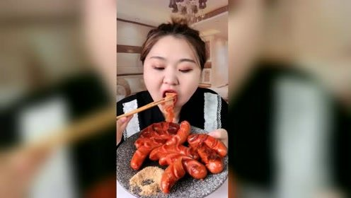 烧烤火腿肠,看小姐姐吃东西,真是吃什么都香啊