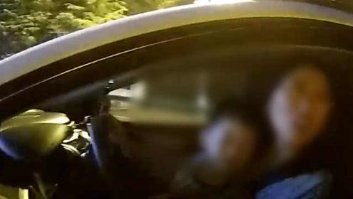女子高速路上抱着3岁娃开车,交警:你这样当妈称职吗?
