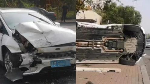 滨州两车猛烈相撞 奔驰被顶翻至人行道