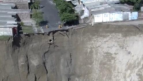 是自然还是人为?城市惊现巨大天坑 房子摇摇欲坠居民被迫大撤离