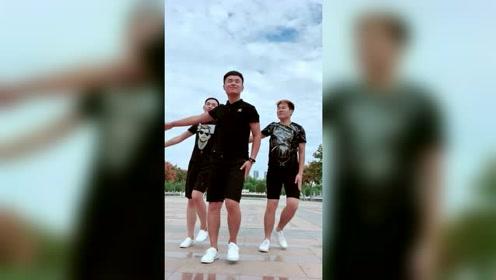 男人版本的广场舞,精彩好看!