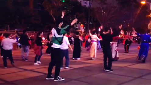 张艺兴跟大爷大妈学跳广场舞,踏小碎步踩点混入其中
