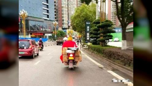 """""""齐天大圣""""骑摩托街头兜风 被交警请去大队""""取经"""""""