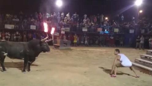 小伙作死挑衅公牛,不料公牛突然发难,悲剧发生了!