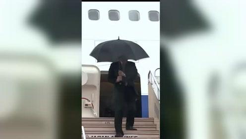 韩国总理访日 刚下专机伞当场被大风吹烂发型也乱了