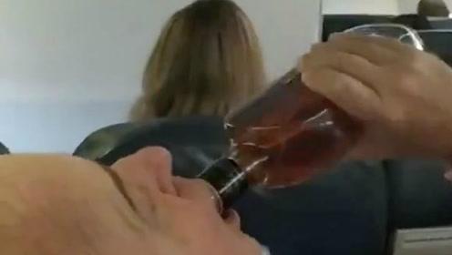 委内瑞拉一架航班紧急迫降 乘客边祈祷边畅饮威士忌