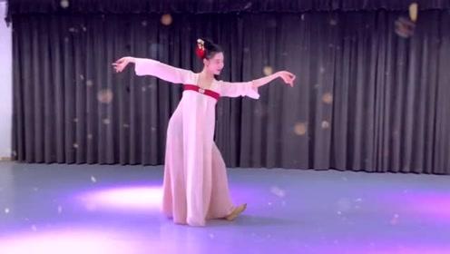 小姐姐盛装舞一曲古风《清平乐》,舞姿优雅,韵味十足!