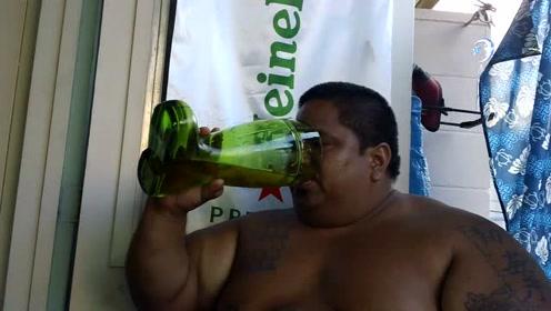 喝啤酒喝到吐,这大叔就是一个很好的例子,当着镜头勉强喝完