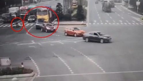 货车正要左拐时,电动车男子却开了过来,不知道的还以为是自杀