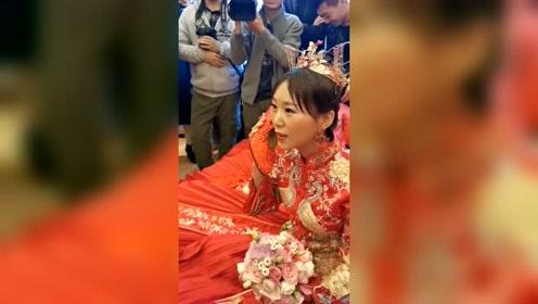 婚礼进行时接新郎的电话,放下电话的那一刻,新娘却哭成泪人!