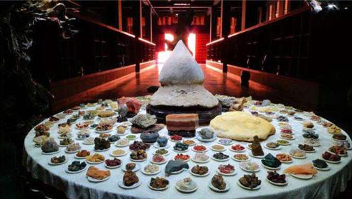 中国艺术家们也耐不住寂寞,这不凑出了满汉全席,全是石头做的