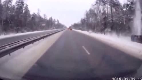 大货车死的太冤,女司机高速找刺激,货车到死都不瞑目