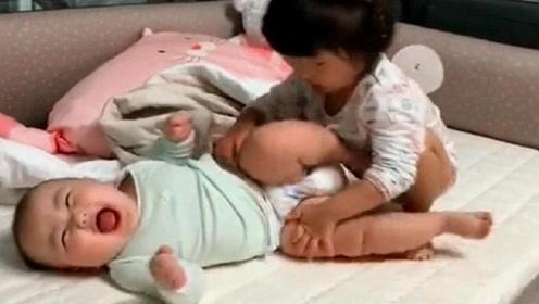 3岁姐姐给弟弟换尿不湿,下一秒姐姐的动作,弟弟忍不住大笑