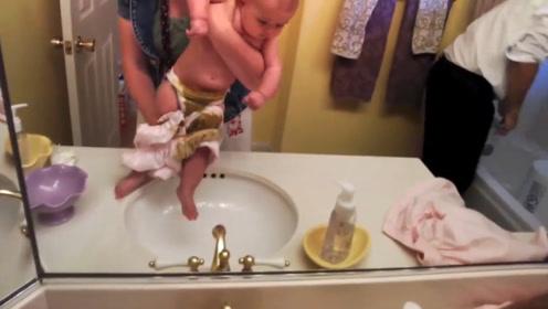 爸爸在卫生间紧急呼唤妈妈,妈妈进来一看,娃啊,你这是干了啥啊