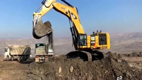 一铲子装满一辆车,这挖机得有多大啊!