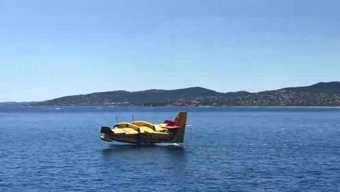 轰炸机贴着水面飞行,扬起一阵阵浪花