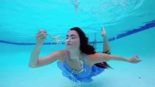 国外女子泳池下随意说话进食, 行动自如堪比美人鱼!