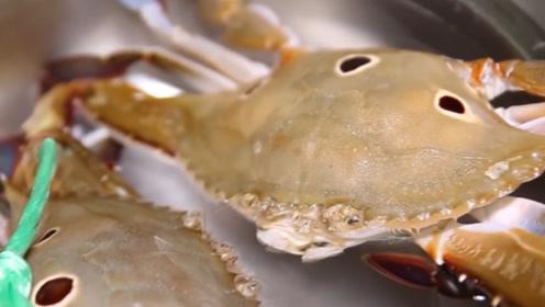 日本厨师处理螃蟹,鲜活的螃蟹直接被切开,看着就残忍!