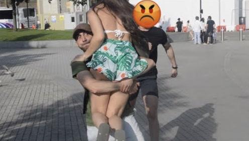 作死青年街头恶搞,强行抱走路人女友,男友们的反应绝了!