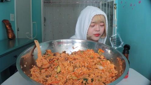 小姐姐尝试巨型石锅拌饭,制作简单还美味