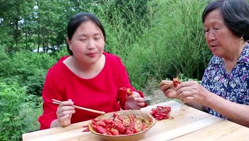 小龙虾搭蒜蓉天生绝配,农村波妞将美味发挥的淋漓尽致
