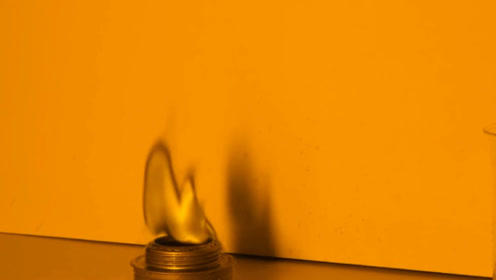 世界上竟然有黑色的火焰?把盐水滴入火焰中,电影特效也比不过