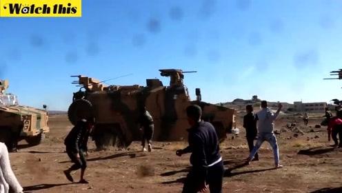 土耳其在叙利亚联合巡逻遭抗议 大人小孩齐上阵朝装甲车扔石头