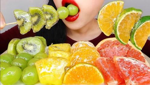 美女吃丰富的水果大餐,颜色光鲜亮丽,吃起来嘎嘣脆